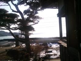 古民家から海を見る